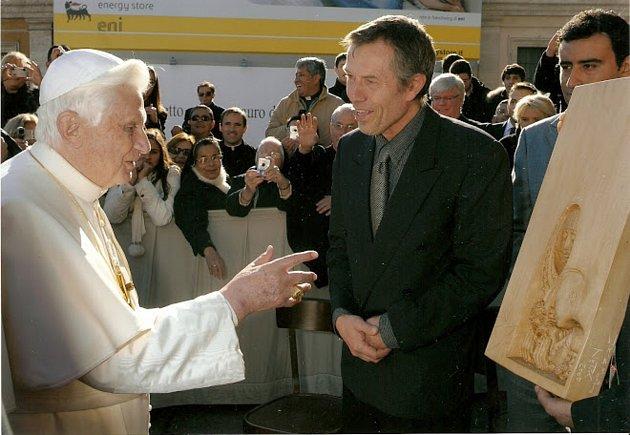 Jiří Netík se setkává spapežem Benediktem XVI. vroce 2009.