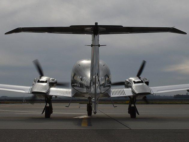 Moderní šestimístné letadlo Diamond DA62 na brněnském letišti.