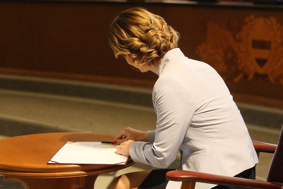 Markéta Vaňková podepisuje zastupitelský slib.