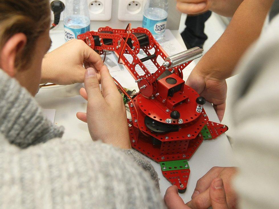 Středoškolští studenti změřili svoje síly v soutěži Merkur perFEKT Challenge.