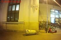 Vyrvaný koš u brněnského hlavního nádraží.