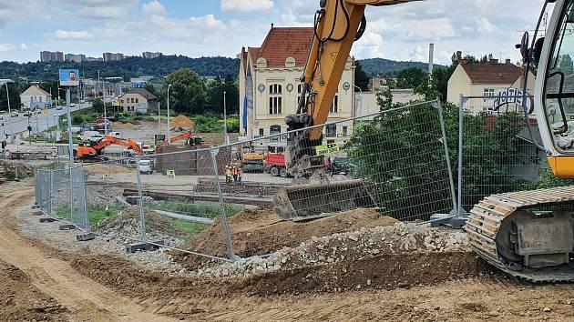 Dělníci už dva měsíce staví část velkého městského okruhu na Tomkově náměstí v Brně.