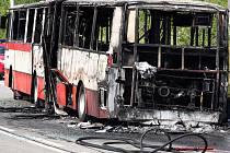 Torzo autobusu po požáru v Chironově ulici.