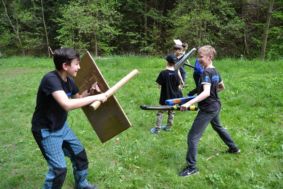 Turistický oddíl mládeže Hvězda Severu a oblíbené letní dobývání hradu.