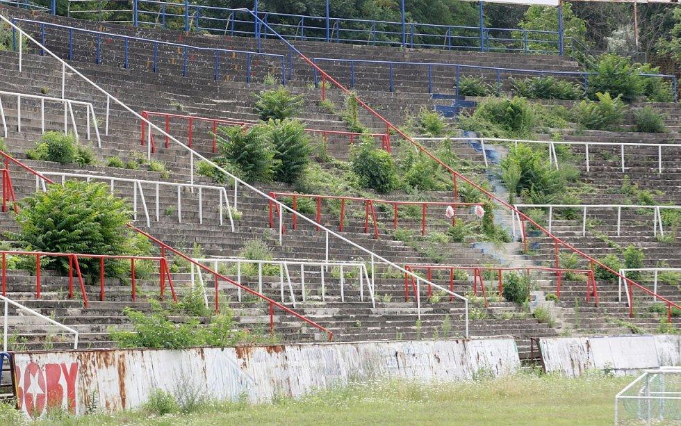 Na zchátralý stadion za Lužánkami se v sobotu opět vrátili fanoušci v rudých tričkách s nápisem Zbrojovka. Nešli ale fandit svému oblíbenému týmu, ale zapojili se do další z řady brigád, kterými se snaží poničený stadion alespoň částečně obnovit.