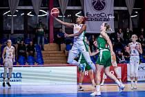Basketbalistky Žabin (v bílém) zdolaly Keltern o třicet bodů.