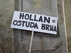 Několik desítek lidí s transparenty dorazilo už dřív na jednání brněnského zastupitelstva a vyzvalo náměstka primátora Matěje Hollana k rezignaci. Teď kvůli tomu ODS sepisuje petici.
