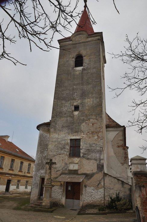 Kostel sv. Cecílie v Dobrém Poli. Renesanční stavba je dominantou obce. V roce 2018 byla kompletně opravena věž kostela, omítky a okna. Stavba před provedenými opravami.