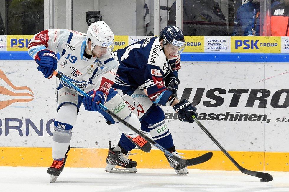 Domácí HC Kometa Brno (Silvester Kusko) v bílém proti HC Vítkovice Ridera (Jan Schleiss)