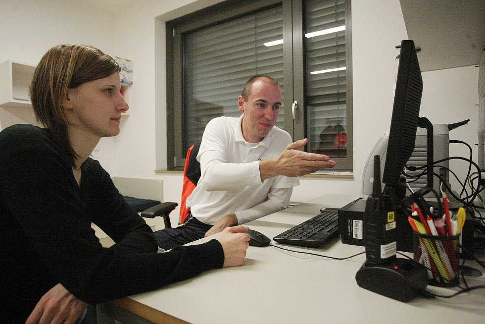 Redaktorka Deníku Rovnost Lenka Grabcová (vlevo) si vyzkoušela v seriálu Na den (s) práci inspektora provozu záchranářů s jedním z nich - Vladimírem Husárkem (vpravo).