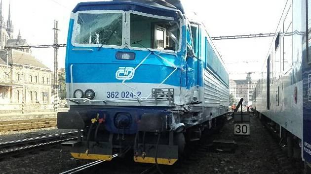 Nehoda vlaku bez cestujících s lokomotivou na brněnském hlavním nádraží.