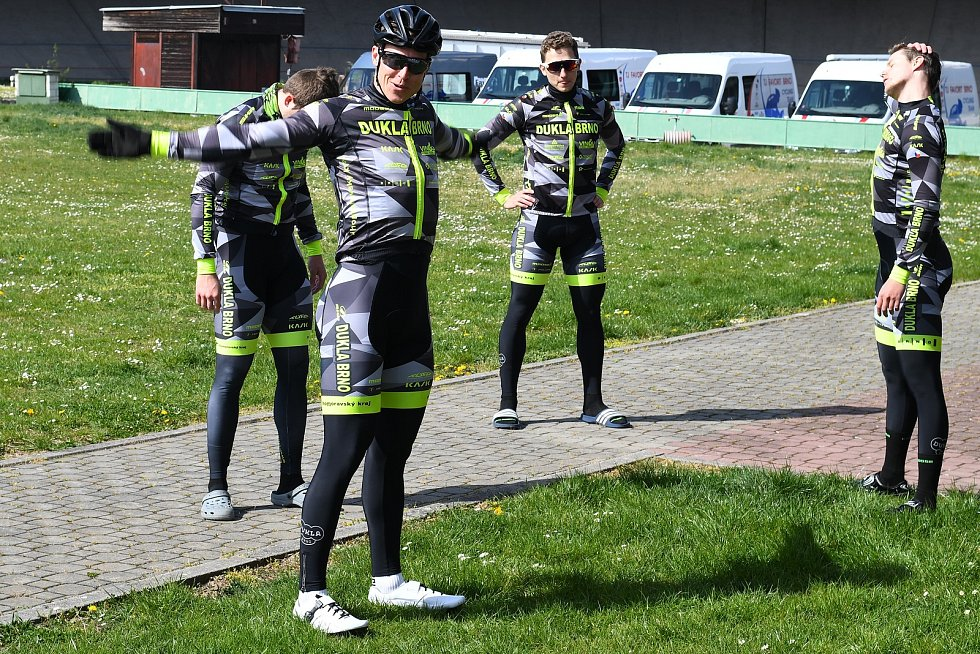 Trénink dráhových cyklistů Dukla Brno na velodromu.