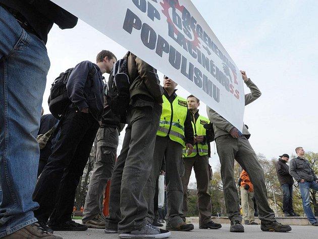 Na brněnském Moravském náměstí se v pátek odpoledne sešli příznivci Dělnické strany sociální spravedlnosti.