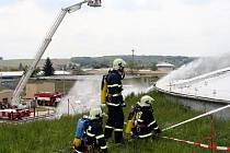 Taktické cvičení hasičů v areálu společnosti Čepro ve Střelicích na Brněnsku.