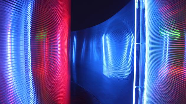 Pavel Korbička má v brněnském Domě umění novou výstavu nazvanou Deflection. Pracuje se světlem i prostorem.