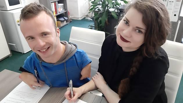Paralympijský šampion Arnošt Petráček a ředitelka nadace Natálie Bilová jej podepsali v Brně.
