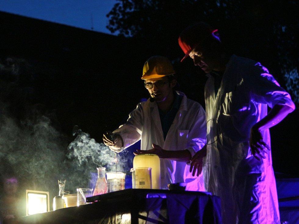 Prostrčit ruku skrz blesk nebo si vyzkoušet, co všechno zvládne tekutý dusík, mohli v pátek návštěvníci akce Noc vědců v brněnském Mendelově muzeu Masarykovy univerzity.