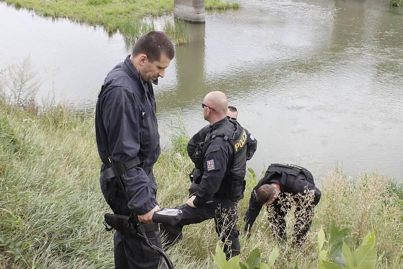 Pátrání na pobřeží i uvnitř řeky Dyje po předmětu, souvisejícího s vraždou dvou lidí v Šilingrově ulici v Břeclavi.