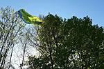 Paraglidista se zachytil v koruně stromu u Doubravníku. Sundávali ho hasiči lezci.