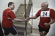 Skoro sto padesát jednotlivců a padesát štafetových týmů se chystalo vyběhnout tři sta dvaašedesát schodů. Vedly do osmnáctého patra Fakulty strojního inženýrství Vysokého učení technického v Brně.