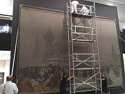 V pavilonu H brněnského výstaviště instalovali restaurátoři devět pláten Slovanské epopeje od Alfonse Muchy. Budou tam vystaveny několik měsíců.