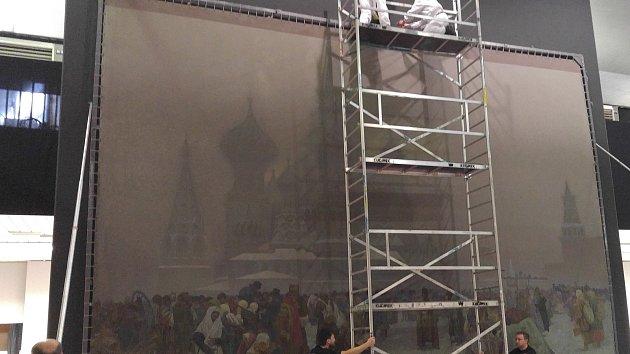 V pavilonu H brněnského výstaviště instalovali restaurátoři devět pláten Slovanské epopeje