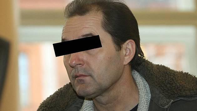 Třiačtyřicetiletý muž z Břeclavska před Krajský soudem v Brně je obžalovaný z týrání svého syna.