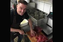 Petr Švancara v pátek vařil pro brigádníky, kteří budou v sobotu pracovat za Lužánkami, guláš.