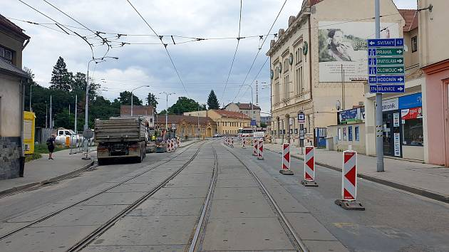 Omezení kvůli stavbě VMO Tomkovo náměstí v brněnských Husovicích, červenec 2021.