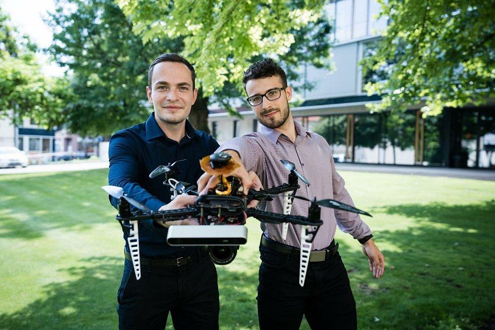 Odhalit původce vhozené pyrotechniky dovede i v tom největším zmatku dron, který naprogramovali studenti brněnské techniky.
