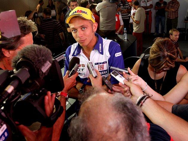 Hvězdy MotoGP (na fotkách Valentino Rossi, Casey Stoner, Dani Pedrosa, John Hopkins a Chris Vermeulen) už se usazují na brněnském Masarykově okruhu.