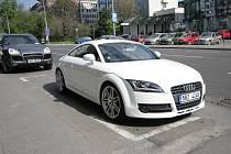 Luxusní Audi v ulici Kounicova - Policie nikde.