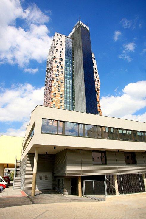Návštěva redaktorů Deníku Rovnost v AZ Tower, nejvyšší budově v České republice, v květnu 2013.