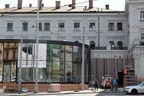 Už rok pracují dělníci na úpravě levého křídla výpravní budovy brněnského hlavního nádraží.