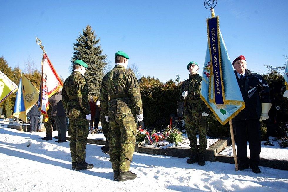 Výročí narození i úmrtí legendárního velitele parašutistického výsadku Wolfram z druhé světové války Josefa Otiska si v sobotu připomněli lidé na hřbitově v brněnské Líšni.