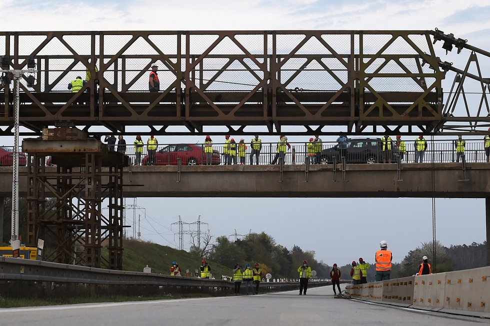 Brno 18.4.2020 - stavba provizorního mostu na dálnici D1