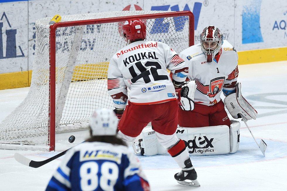 Brno 17.1.2021 - domácí HC Kometa Brno v modrém proti Mountfield Hradec Králové (Štěpán Lukeš a Petr Koukal)