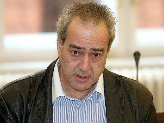 Řek Isak Atanasiadis před soudem.
