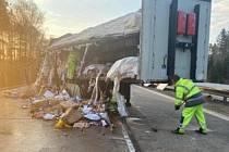 Na místě nehody se odklízí vysypaný náklad.