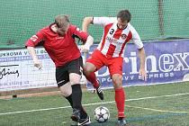 Hráči týmu FC DM Podlahy (v pruhovaném) si na zisk úvodních bodů museli počkat až do třetího kola třetí nejvyšší soutěže. V něm remizovali s celkem Reds B 6:6.