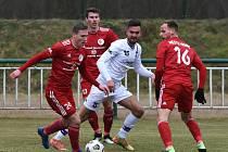 Líšeňští fotbalisté (v bílém útoční posila Martin Zikl) zvítězili před startem jarní části FORTUNA:NÁRODNÍ LIGY v přípravném utkání s Třincem 1:0.