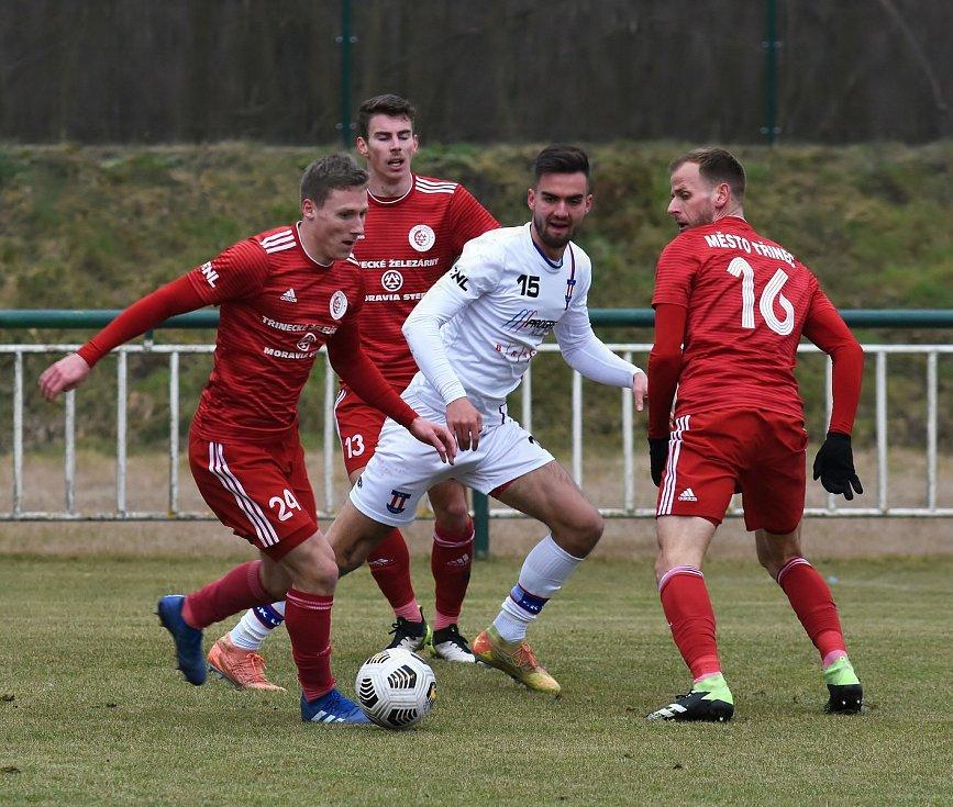 Líšeňští fotbalisté (v bílém Martin Zikl) zvítězili před startem jarní části FORTUNA:NÁRODNÍ LIGY v přípravném utkání s Třincem 1:0.