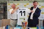 Předseda představenstva společnosti SAKO Filip Leder (vpravo) a předseda SK Líšeň Karel Hladiš podepsali tříletou smlouvu o spolupráci.
