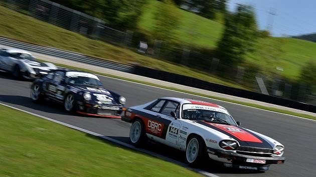 Brněnský závodník David Bečvář vybojoval druhé místo v jedné ze dvou víkendových jízd šampionátu HISTO-CUP na rakouském okruhu Salzburgring. Úspěšně tak představil nový motor Jaguaru XJS-HE.