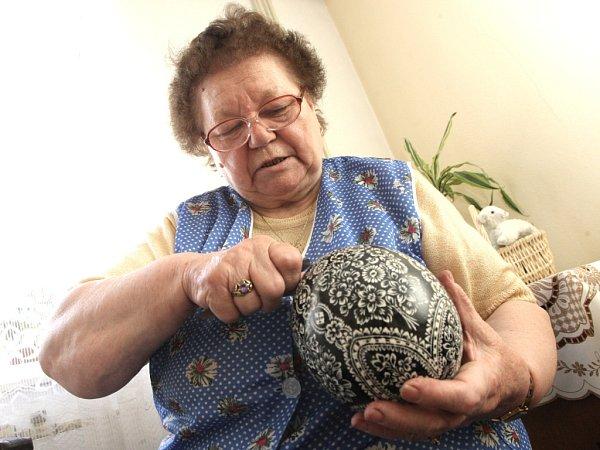 Malérečka Marie Pivodová zBorkovan na Břeclavsku vyrábí kraslice od mala. Naučila ji to její matka. Od té doby si nedokáže život bez kraslic představit.