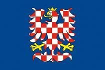 Modrá vlajka se stříbrnočerveně kostkovanou orlicí je uzákoněná na vlajkách moravských krajů.