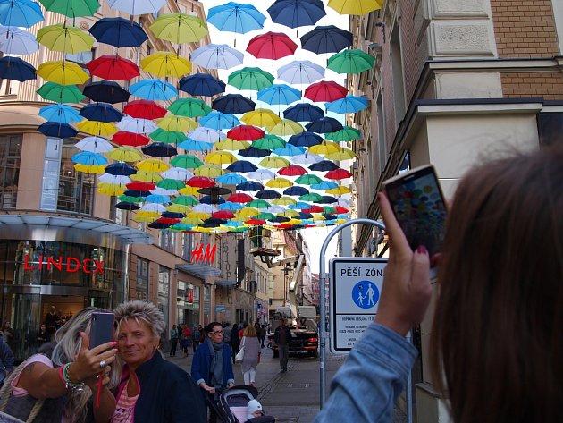 Českou ulici v Brně od úterního dopoledne zdobí 250 deštníků v osmi barvách.