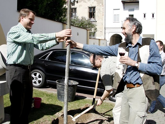 Ministr životního prostředí Martin Bursík stihl zasadit při návštěvě Brna nový strom.