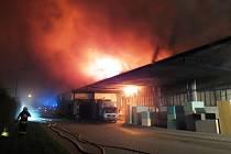 Požár v Brně-Černovicích z poloviny září 2016. Hořely výrobní a skladovací haly s matracemi z polyuretanové pěny.