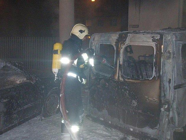 Požár aut na parkovišti v Jílové ulici v Brně.